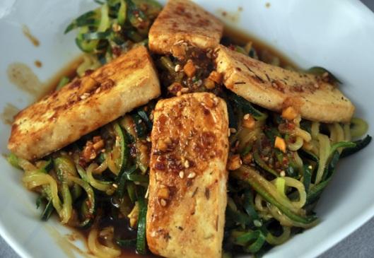 gebratener tofu mit zucchininudeln